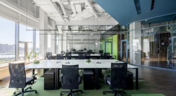 Biuro Grammarly  - meble, wyposażenie, technologie